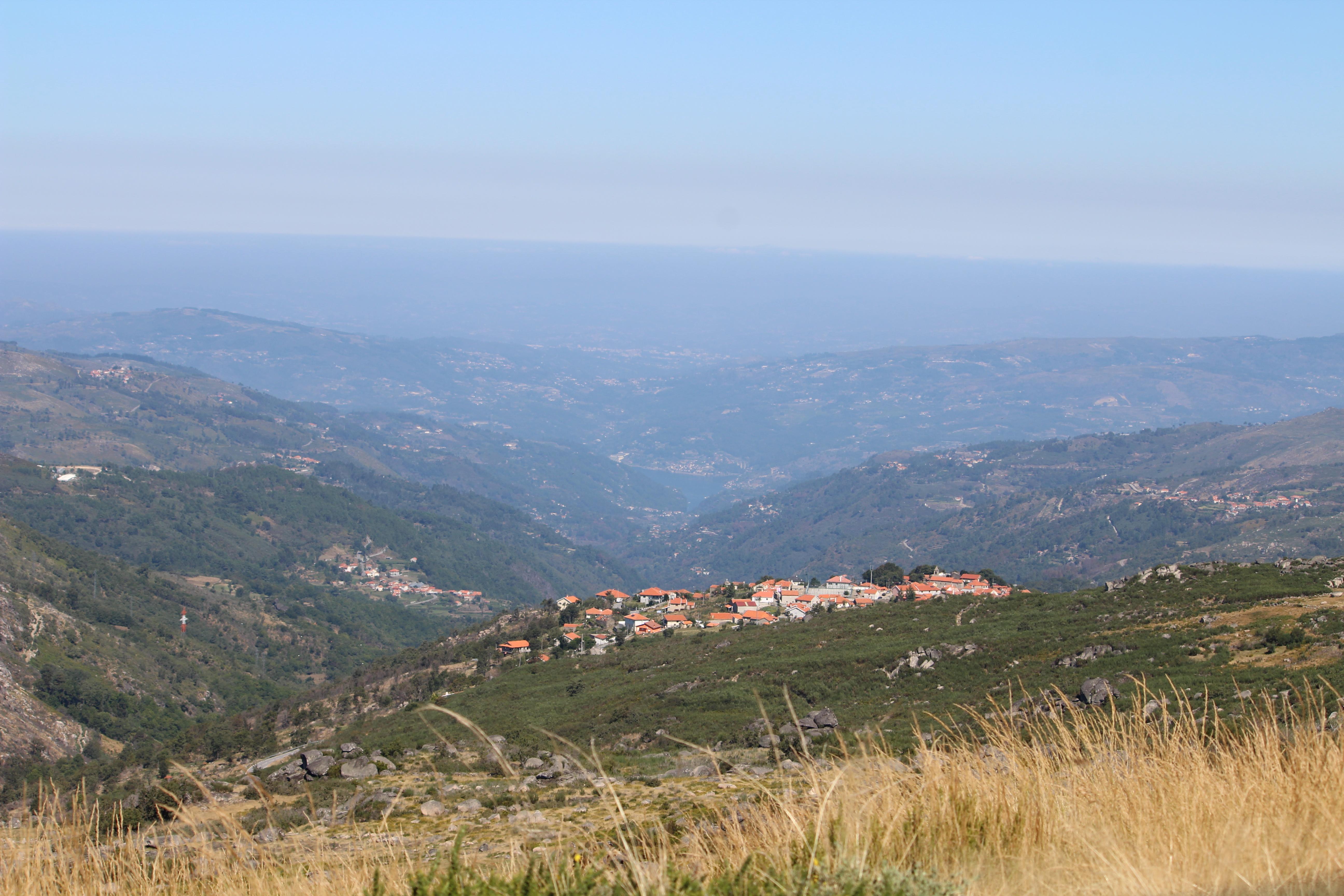 Alhões com o vale do Bestança em fundo. Setembro de 2019.