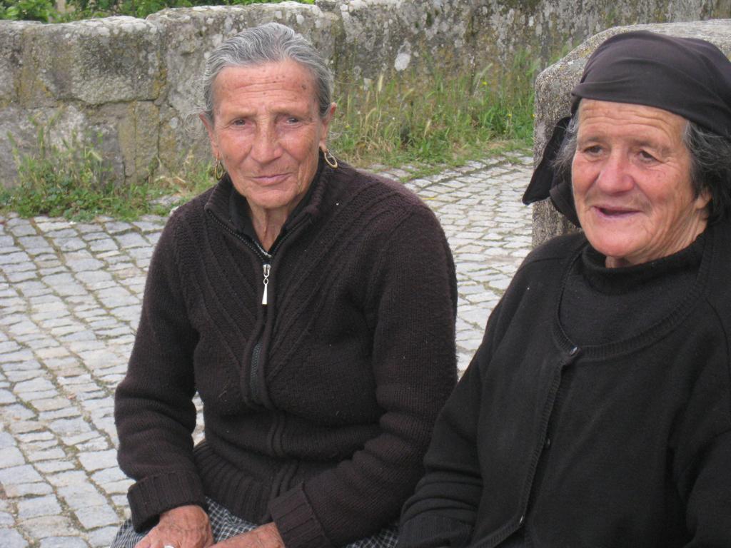 Lembrando tempos idos. Sardinheiras de Boassas, sentadas no cruzeiro apanhando o sol da tarde cálida
